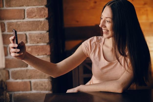 Chica tomándose una autofoto