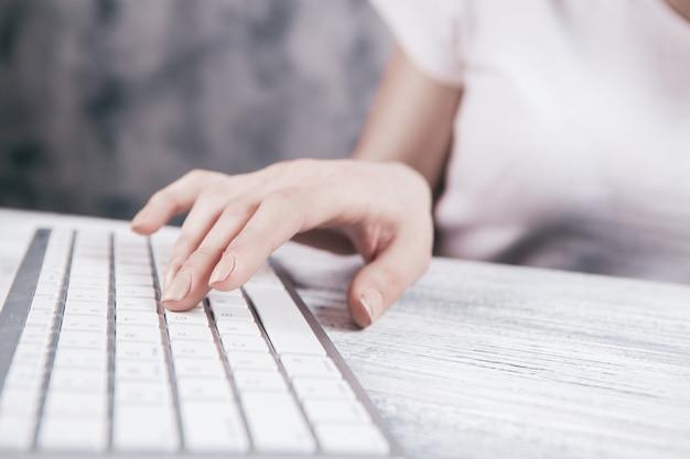 Chica trabaja con una computadora.