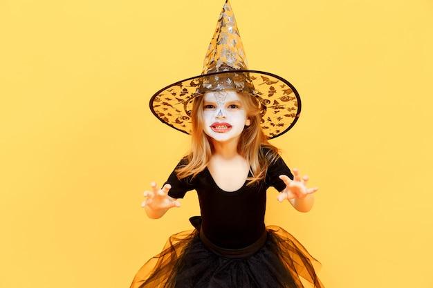 Chica en traje de bruja de halloween