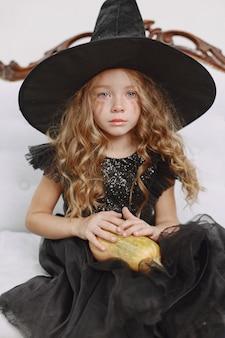 Chica en traje de bruja
