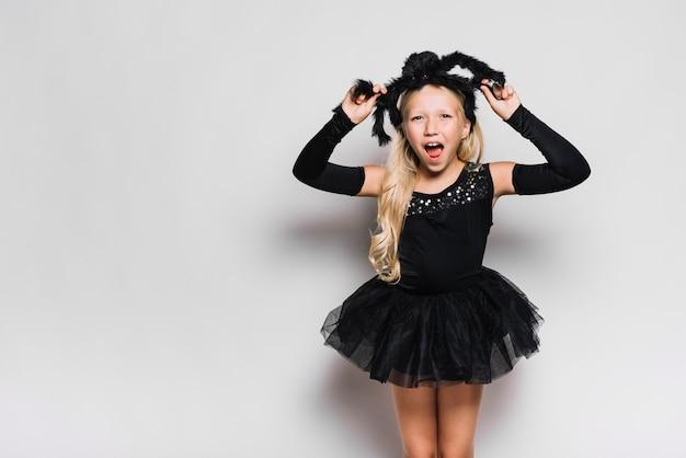 Chica en traje de halloween gritando