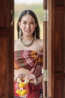Chica en traje tradicional tailandés