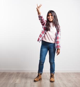 Chica con tres dedos levantados