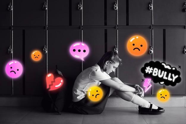 Chica triste en escala de grises siendo acosada cibernéticamente en las redes sociales