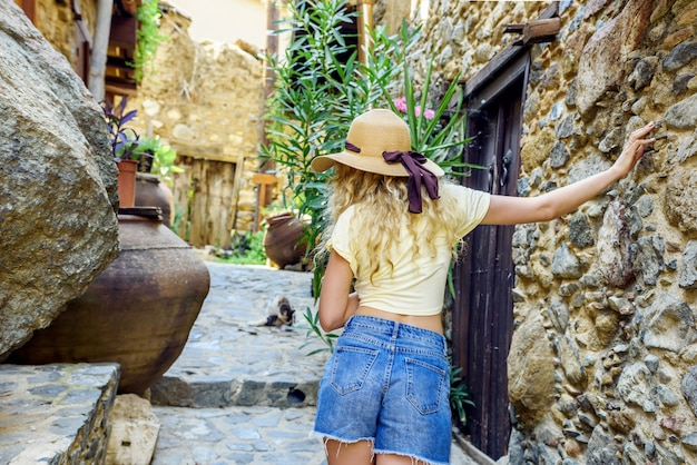 Chica turista en kakopetria, chipre