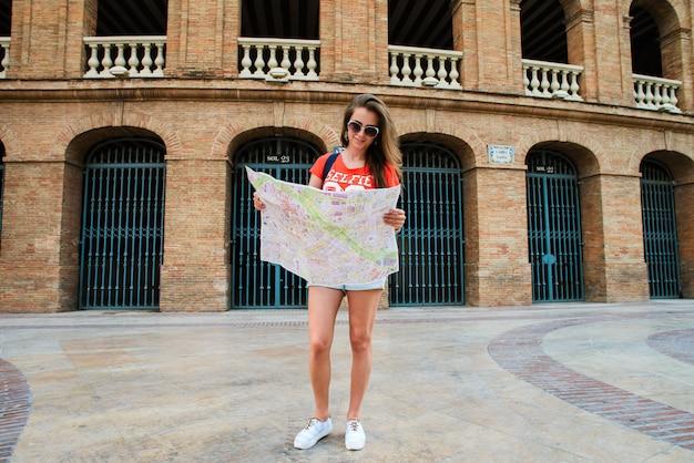 Chica turista en la plaza de toros, una plaza de toros.