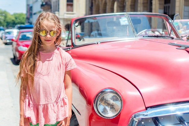 Chica turística en zona popular en la habana, cuba. joven viajero viajero sonriendo