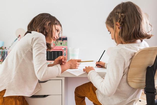 Chica tutoría hermana en casa