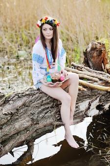 Chica ucraniana en la camiseta nacional ucraniana que celebra una pascua