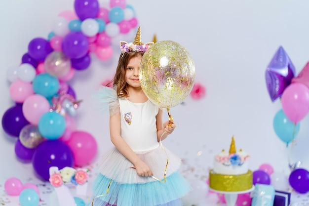 Chica unicornio con idea de globo de aire de confeti dorado para decorati