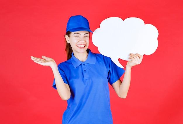 Chica en uniforme azul y boina sosteniendo un panel de ideas en forma de nube.