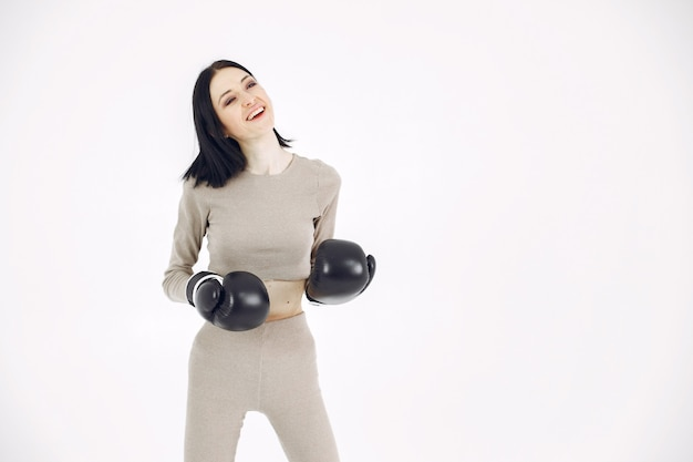 Chica en uniforme deportivo. mujer sobre un fondo blanco. deportista con un corte de pelo corto.