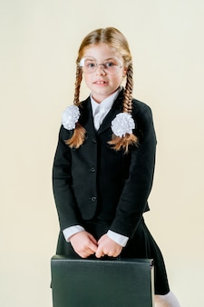 Chica en uniforme escolar. colegiala piensa en estudiar