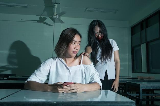 Chica universitaria fantasma con niña asustadiza