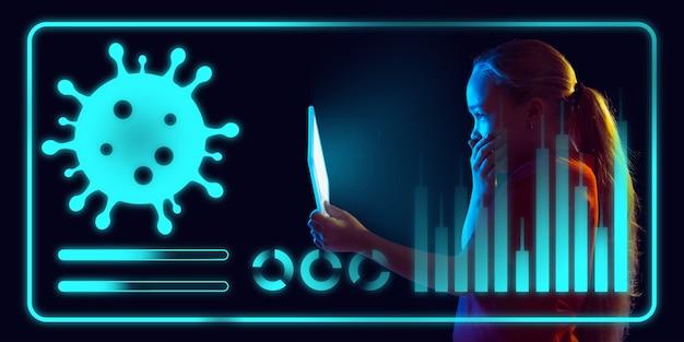 Chica usando la interfaz como información de propagación pandémica de coronavirus