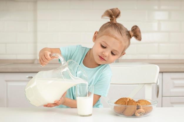 Chica vertiendo leche