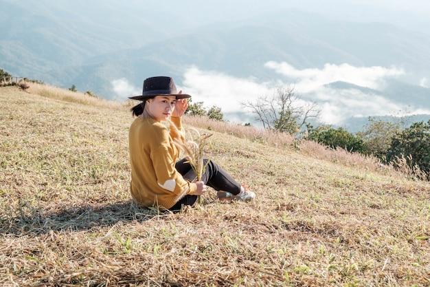 Chica viaja sola en las montañas