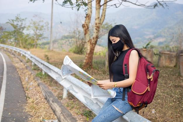 Chica viajera buscando la dirección correcta en el mapa