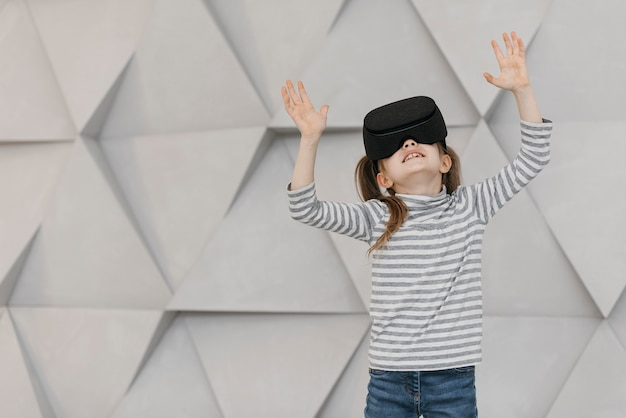 Chica con vista frontal de casco de realidad virtual