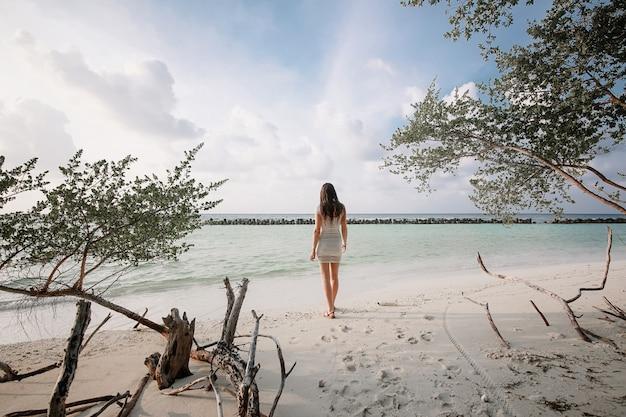 Chica de vuelta al mar maldivas