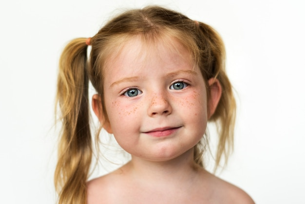 Chica worldface-russian en un fondo blanco.