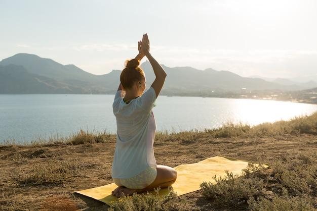 Chica de yoga con auriculares inalámbricos