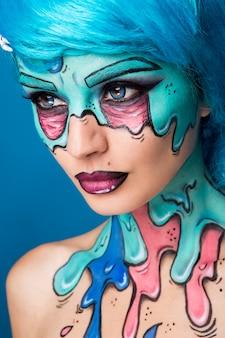 Chica zombie de moda. retrato de una mujer zombie pin-up. proyecto de pintura corporal. maquillaje de halloween.