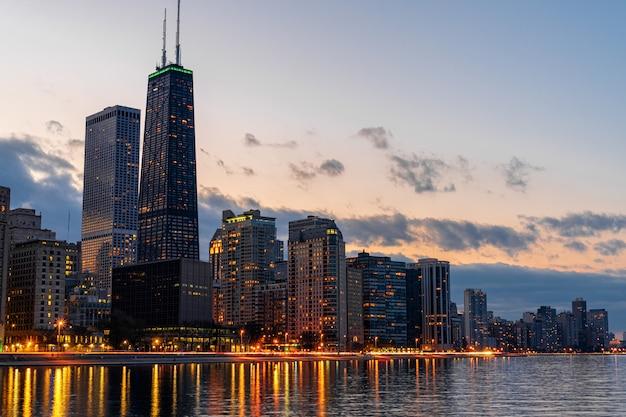 Chicago cityscape lado del río en el hermoso crepúsculo