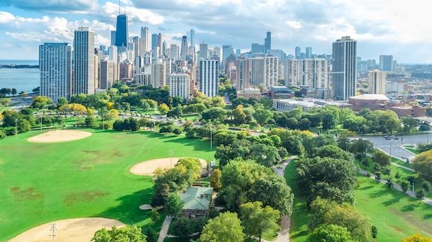 Chicago skyline vista aérea de aviones no tripulados desde arriba, el lago michigan y la ciudad de chicago rascacielos del centro paisaje urbano vista de pájaro desde el parque, illinois, ee.uu.