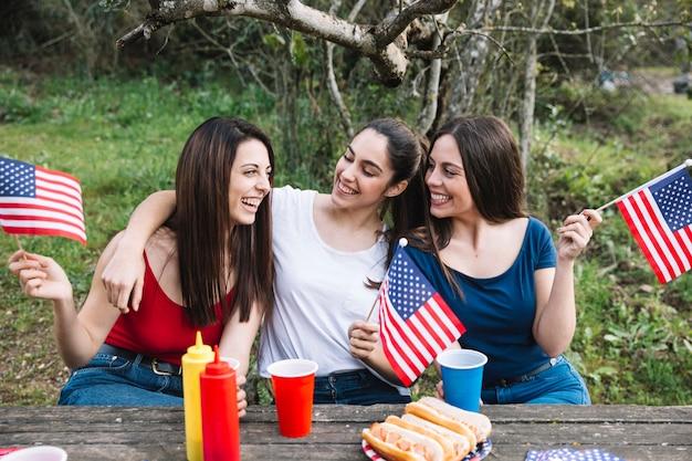 Chicas abrazándose en picnic