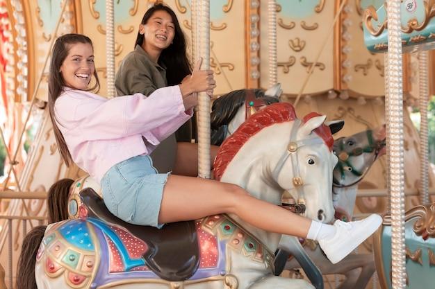 Chicas adolescentes divirtiéndose en el verano