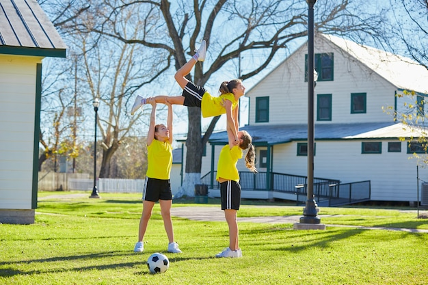 Las chicas adolescentes ejercitan el entrenamiento en el parque