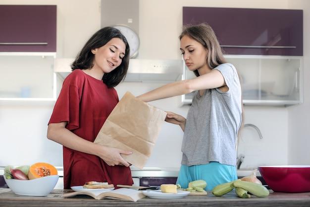 Chicas adolescentes haciendo una comida