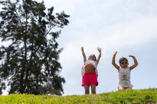 Chicas alegres, jugando juntas en el parque.