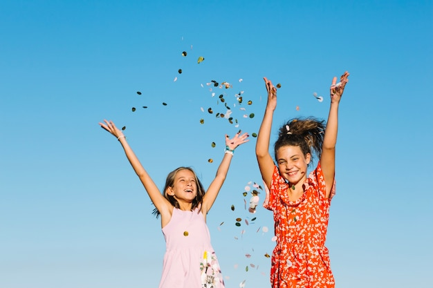 Chicas arrojando confeti