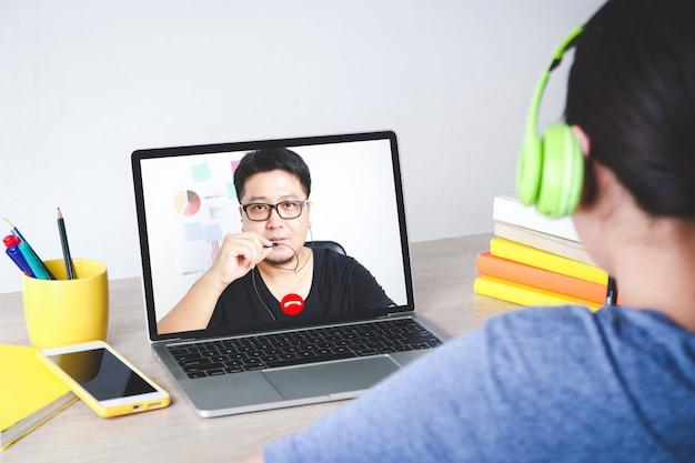 Las chicas asiáticas aprenden en línea desde casa