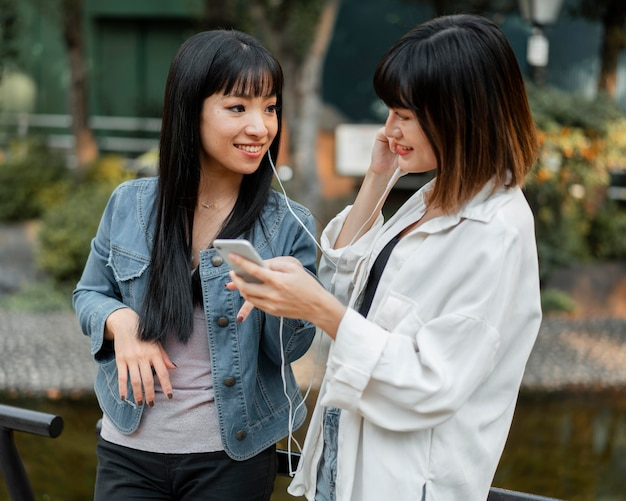 Chicas asiáticas guapas divirtiéndose juntas