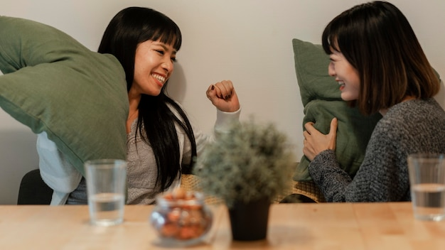 Chicas asiáticas guapas jugando en casa