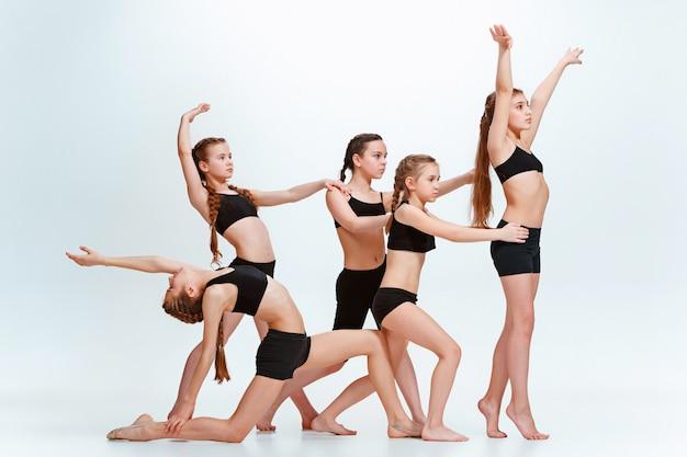 Chicas bailando en traje negro