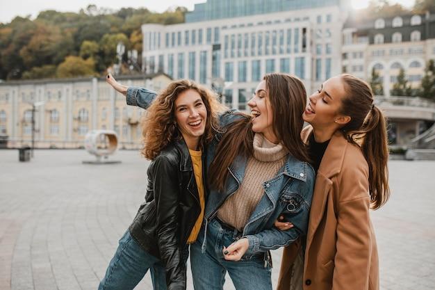 Chicas bastante jóvenes divirtiéndose juntos