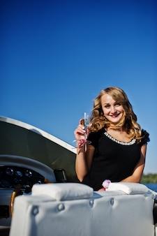 Chicas bebiendo champán en el yate en despedida de soltera.