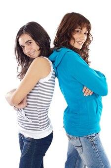 Chicas bonitas espalda contra espalda sobre fondo blanco