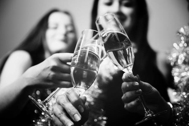 Chicas brindando con champán en fiesta de año nuevo