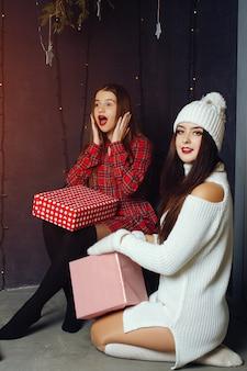 Chicas con caja