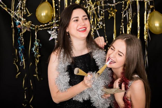 Chicas celebrando en fiesta de año nuevo 2019