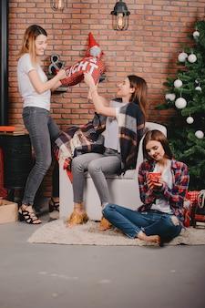 Chicas cerca del arbol de navidad