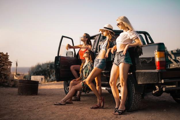 Chicas y un coche