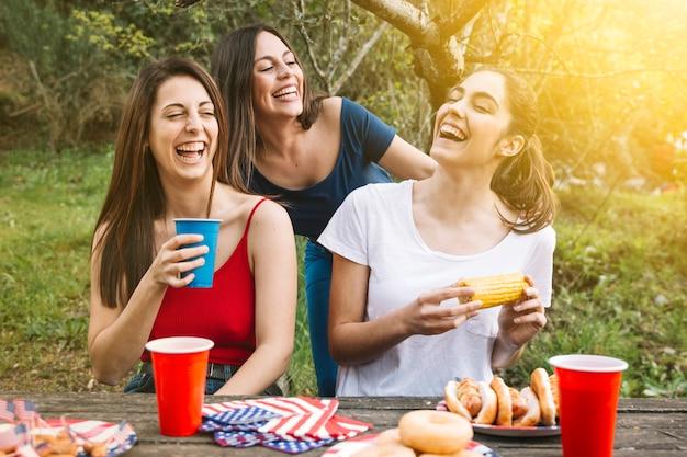 Chicas comiendo afuera