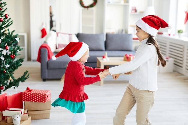 Chicas dando vueltas y bailando en la temporada navideña