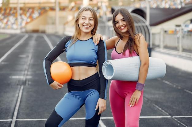 Chicas deportivas en un entrenamiento uniforme en el estadio